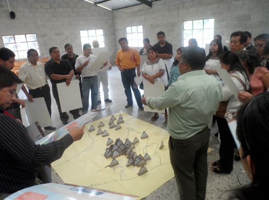 On the first day, the instructors (Mario Caal with his back to the camera) reviewed and synthesized the previous two workshops, covering the themes of history, calendar system, and ancient Maya writing.