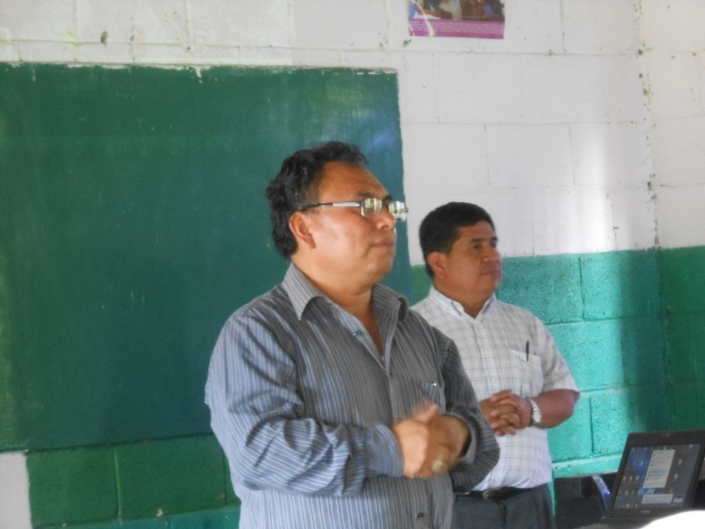 Andrés Cholotío (front) made the introductions: for Teletor Velásquez (behind), President of the Achi Linguistic Community, and for Bruce Love who accompanied the group to Cubulco, Baja Verapaz.