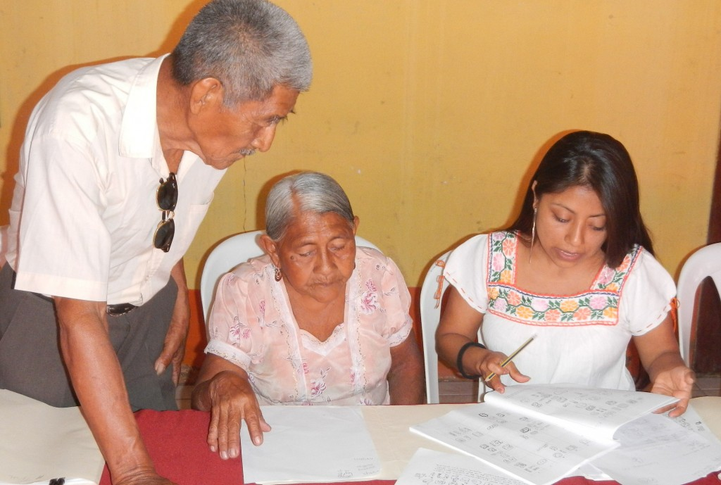 Sandra Yat, who attended the congress in Ocosingo, shares her knowledge with elders who came from Belize.